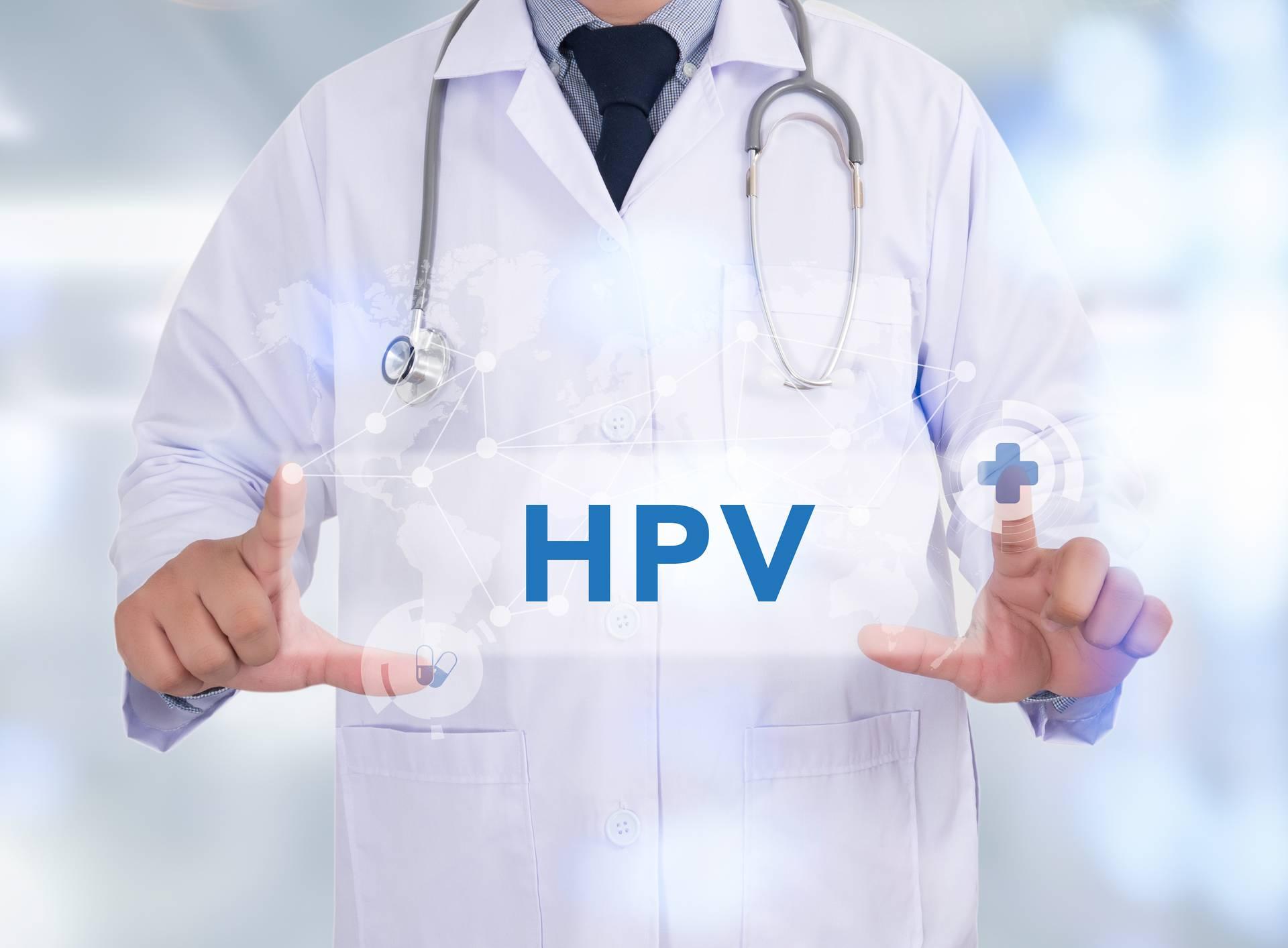 Doktor u rukama ima natpis HPV