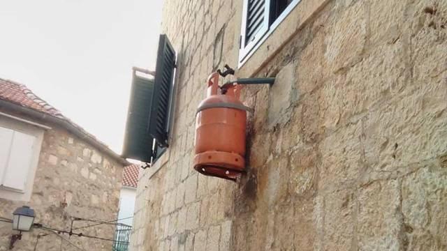 Bračanin okačio plinsku bocu na zid kuće: 'Valjda neće pasti'