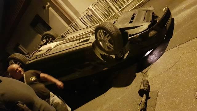 Automobil se okrenuo na krov: 'Putnici su sami izašli van'