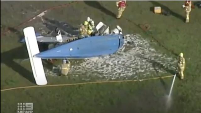 VIDEO Avion se srušio na golf teren, pilot preživio nesreću