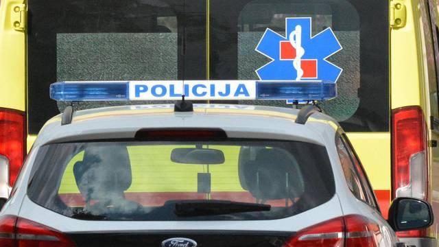 Sletjeli u provaliju: Putnik se bori za život, vozač je stabilno