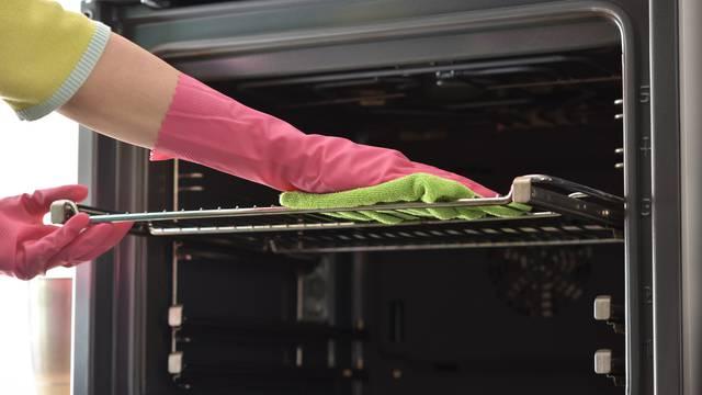 Četiri top načina za čišćenje masnoće s rešetki iz pećnice