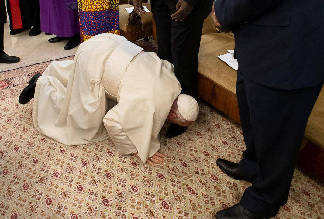 Pope Francis kneels to kiss feet of the President of South Sudan Salva Kiir at the end of a two day Spiritual retreat with South Sudan leaders at the Vatican