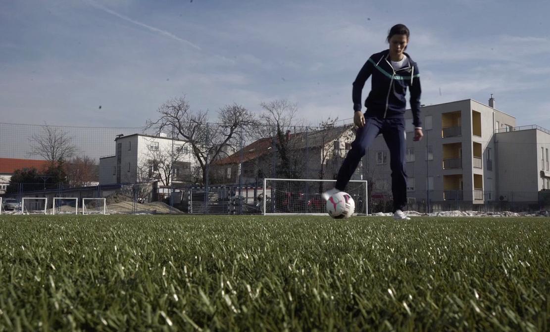 Martina (21) se rodila bez ruke, a sada rastura nogomet
