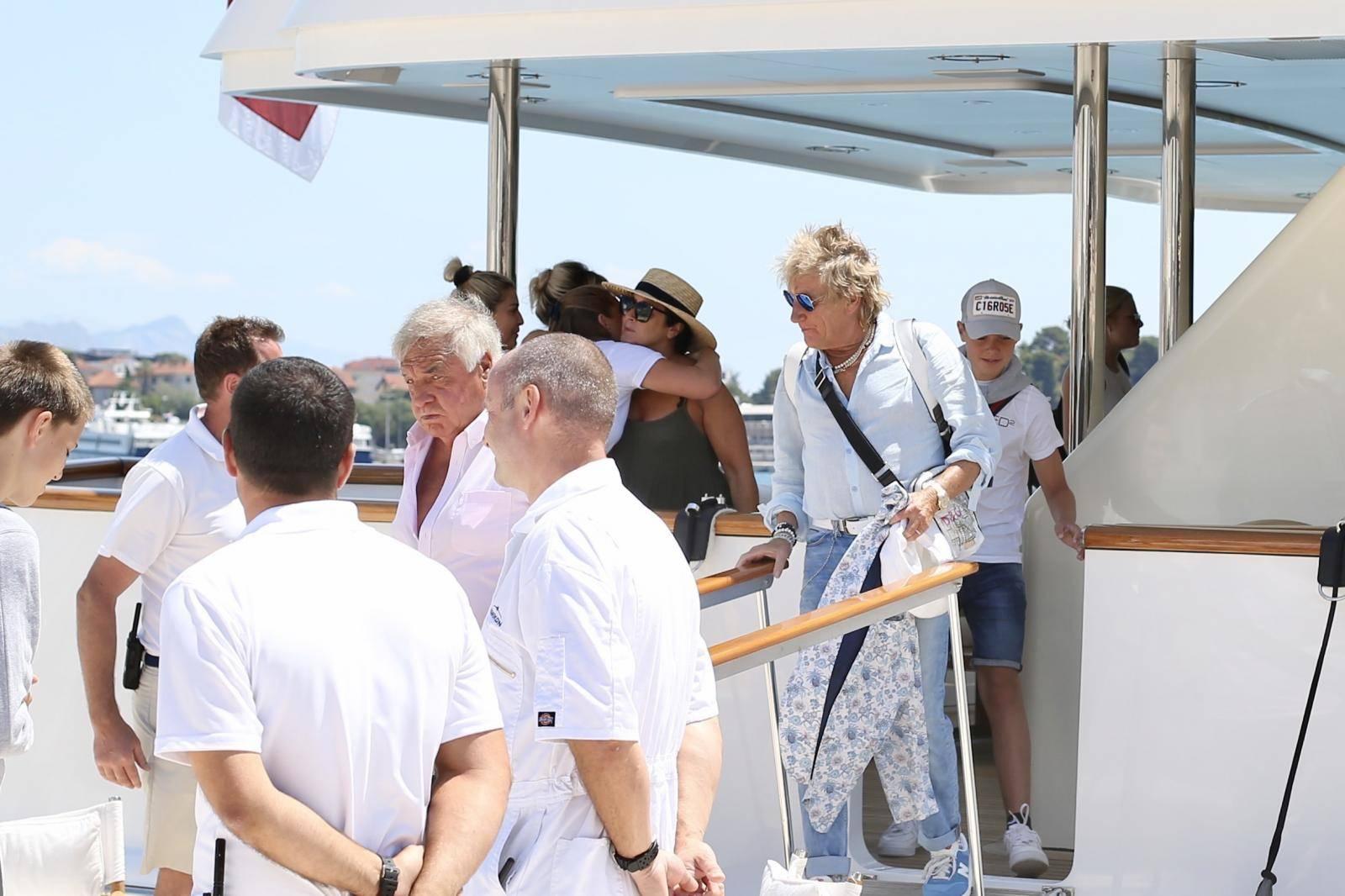 Rod Stewart na odlasku s broda poljubio ruke ženskoj posadi