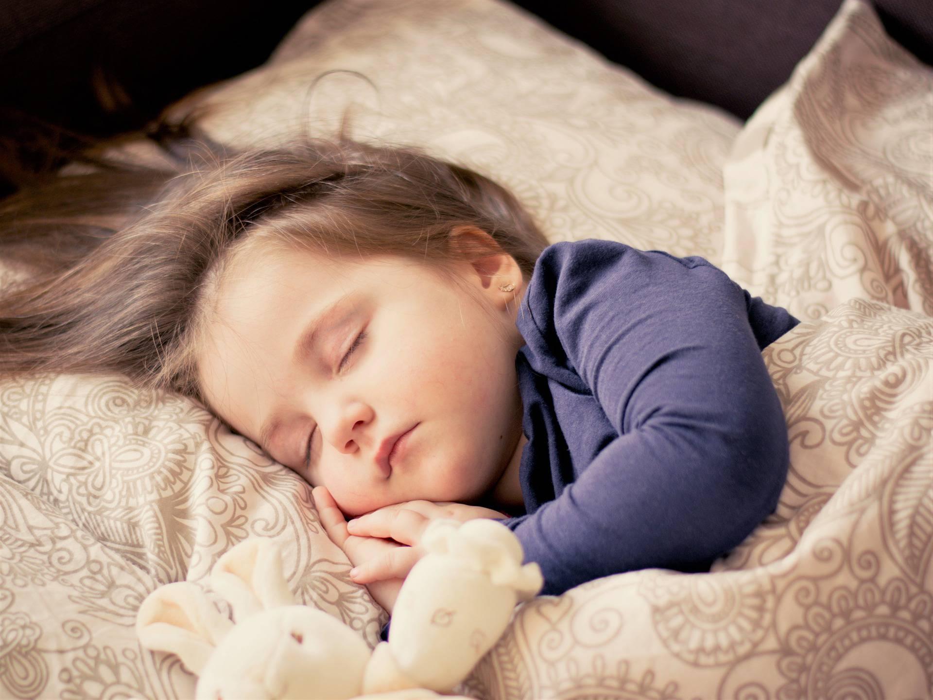 Nemirna djeca bolje spavaju uz terapijsku dekicu s utezima
