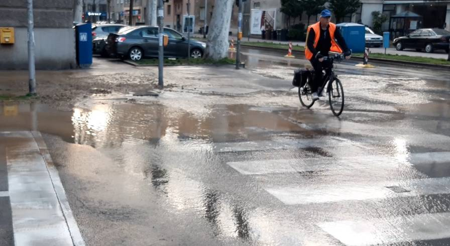 Video: Voda u Vodovodnoj ulici u Zagrebu, poplavljena cesta