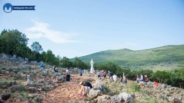 Vjernici se okupili u Međugorju, od ranog jutra se slave mise