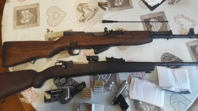 Prijavili ga za krađu, pa mu pronašli mu pištolje, puške...