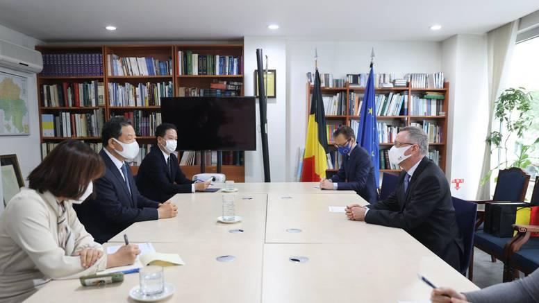 Belgijskog veleposlanika u Južnoj Koreji smijenili jer mu je žena udarila radnicu u dućanu