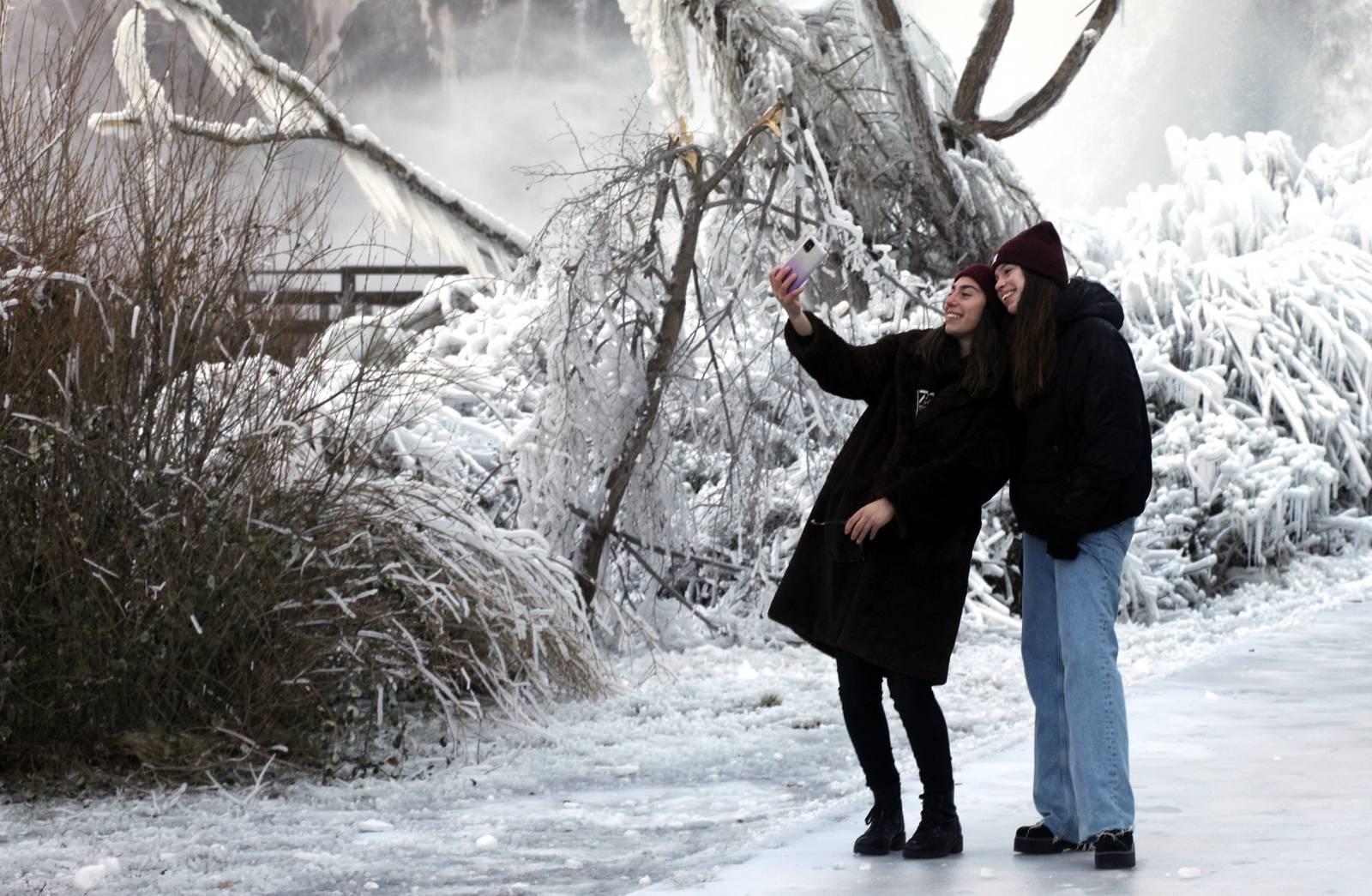 Slap Krčić na izvoru rijeke Krke u Kovačiću okovan ledom, ali prepun posjetitelja