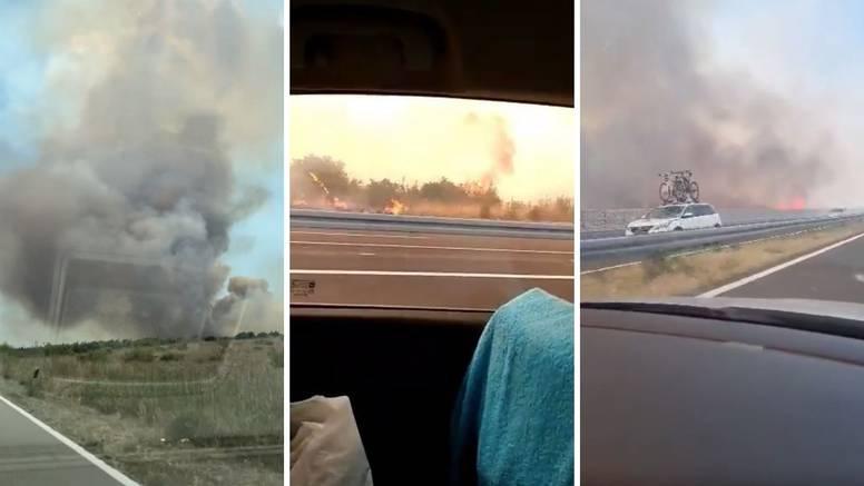 Vatrogasci obranili kuće, požar kod Benkovca još gase. Buknulo zbog puknute gume kamiona?