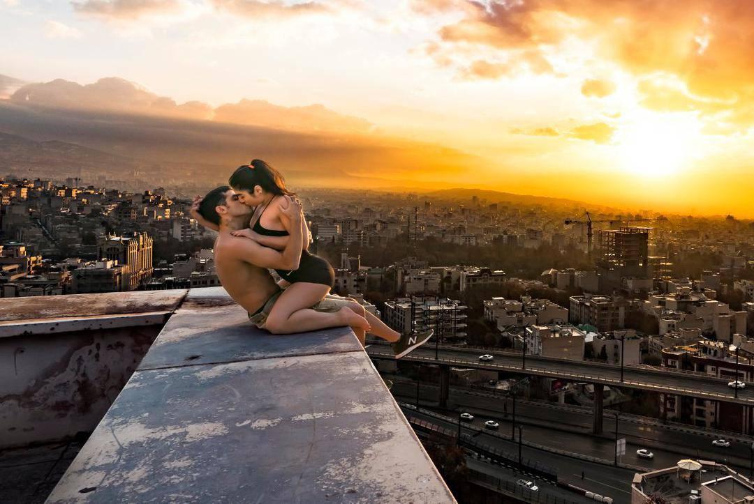 Zbog slike poljupca na Fejsu par iz Irana završio u zatvoru