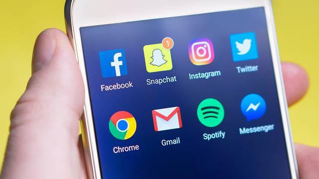 Tinejdžerima glup i bezvezan: 'Facebook je  mreža za starce...'