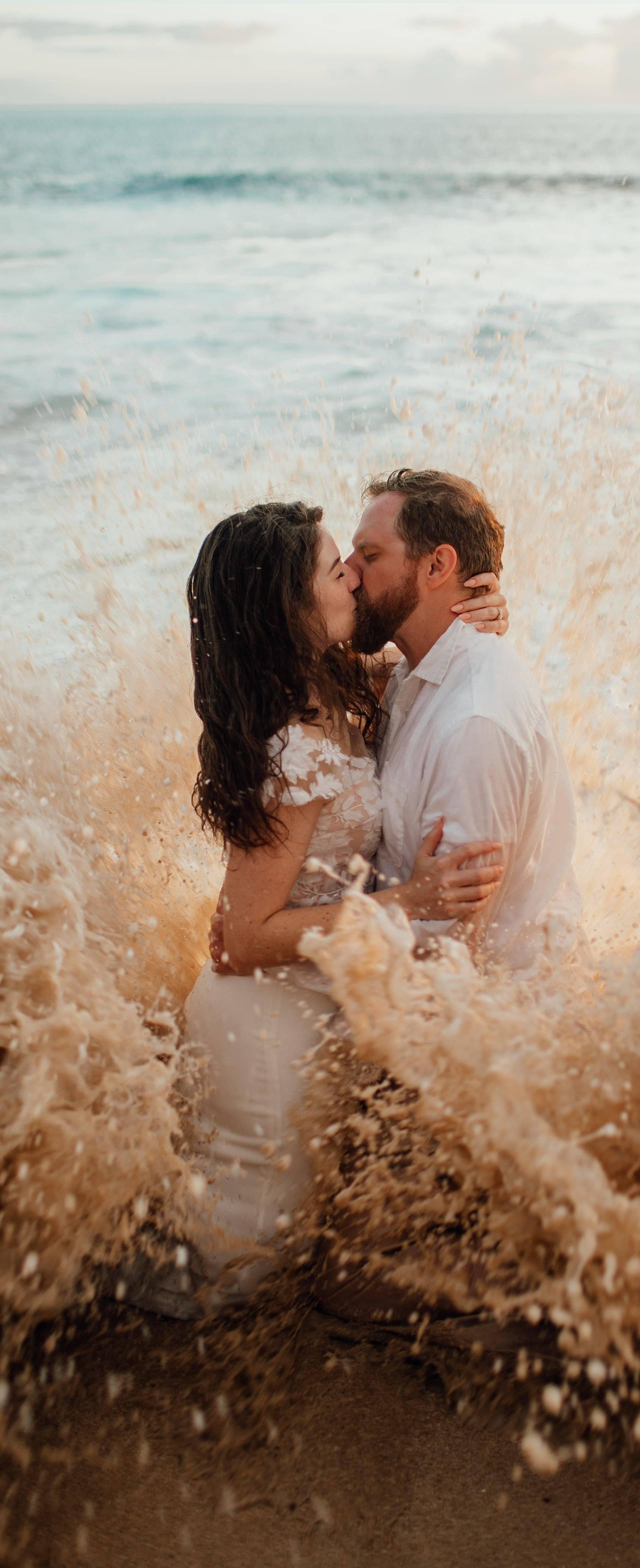 Dok su pozirali na plaži, par je 'zapljusnuo' savršeni trenutak
