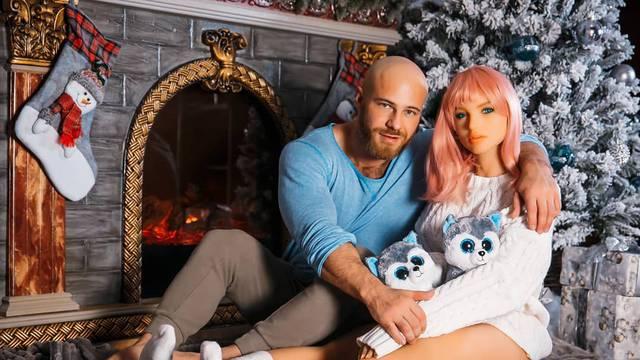 Oženio PVC lutku pa tuguje: 'Sa suprugom ne mogu dočekati ni Božić jer su joj pukli dijelovi...'