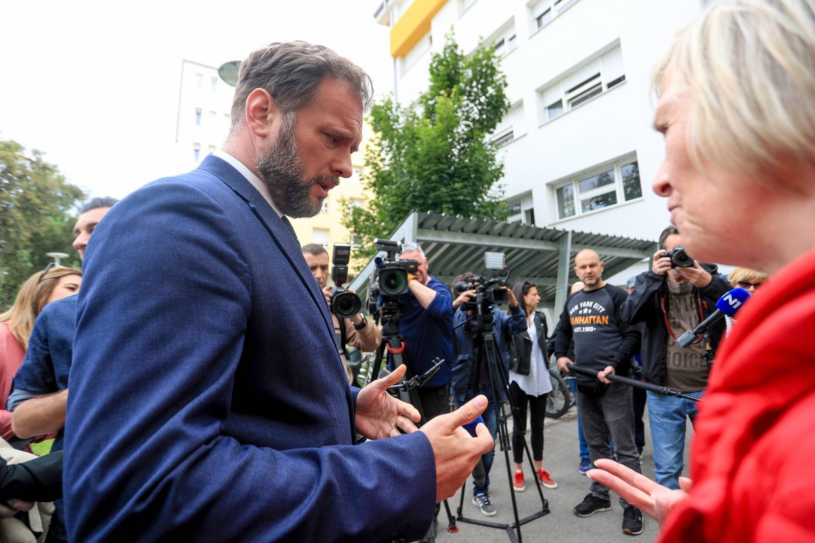 Zagreb: Ministar Banozić uručio Rješenja za građane smještene u Studentskom domu