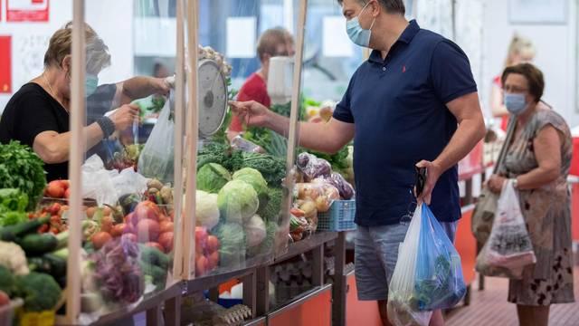 Premijer Plenković godišnji odmor provodi u Opatiji, u jutarnjim satima posjetio je tržnicu i ljekarnu