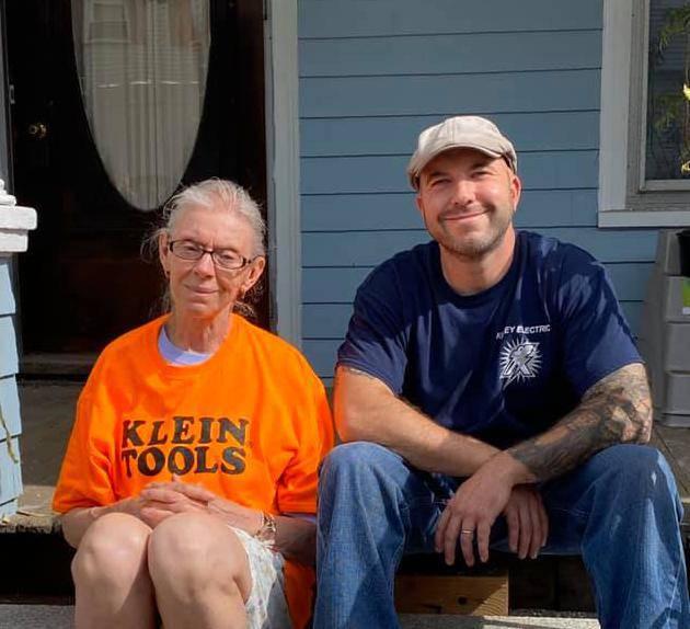 Veliko srce: Bakici besplatno popravio struju i prikupljao novac za renovaciju cijele kuće