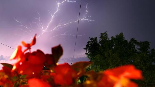 Munja parale nebo iznad Istre