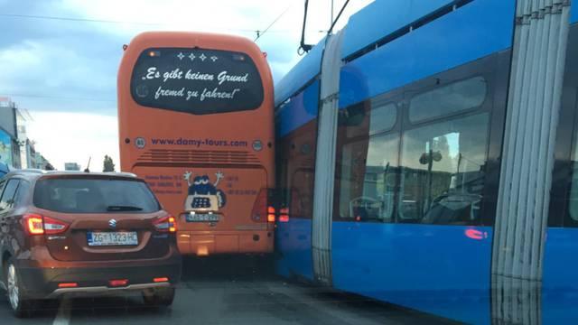 Autobus i tramvaj sudarili se u Savskoj, nastala velika gužva