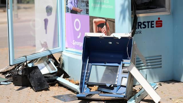 U kasnim noćnim satima u Stankovcima oštećen bankomat