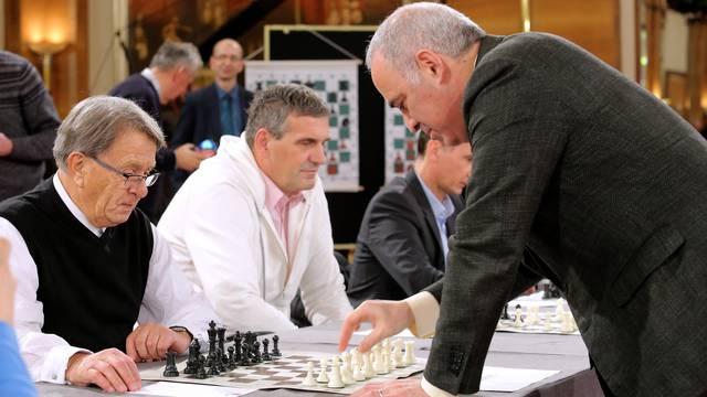 Zagreb: Garry Kasparov odigrao simultanku s poznatim osobama i Å¡ahistima