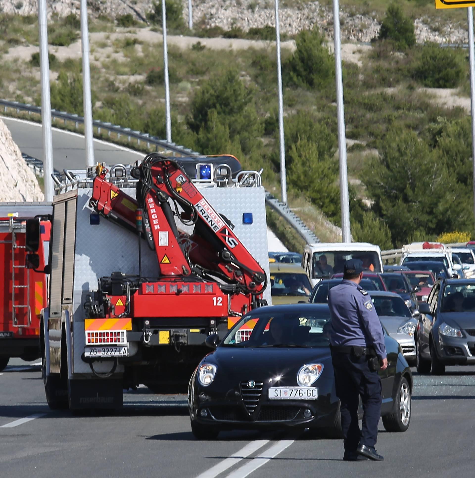 Troje ljudi ozlijeđeno u sudaru dva automobila na magistrali
