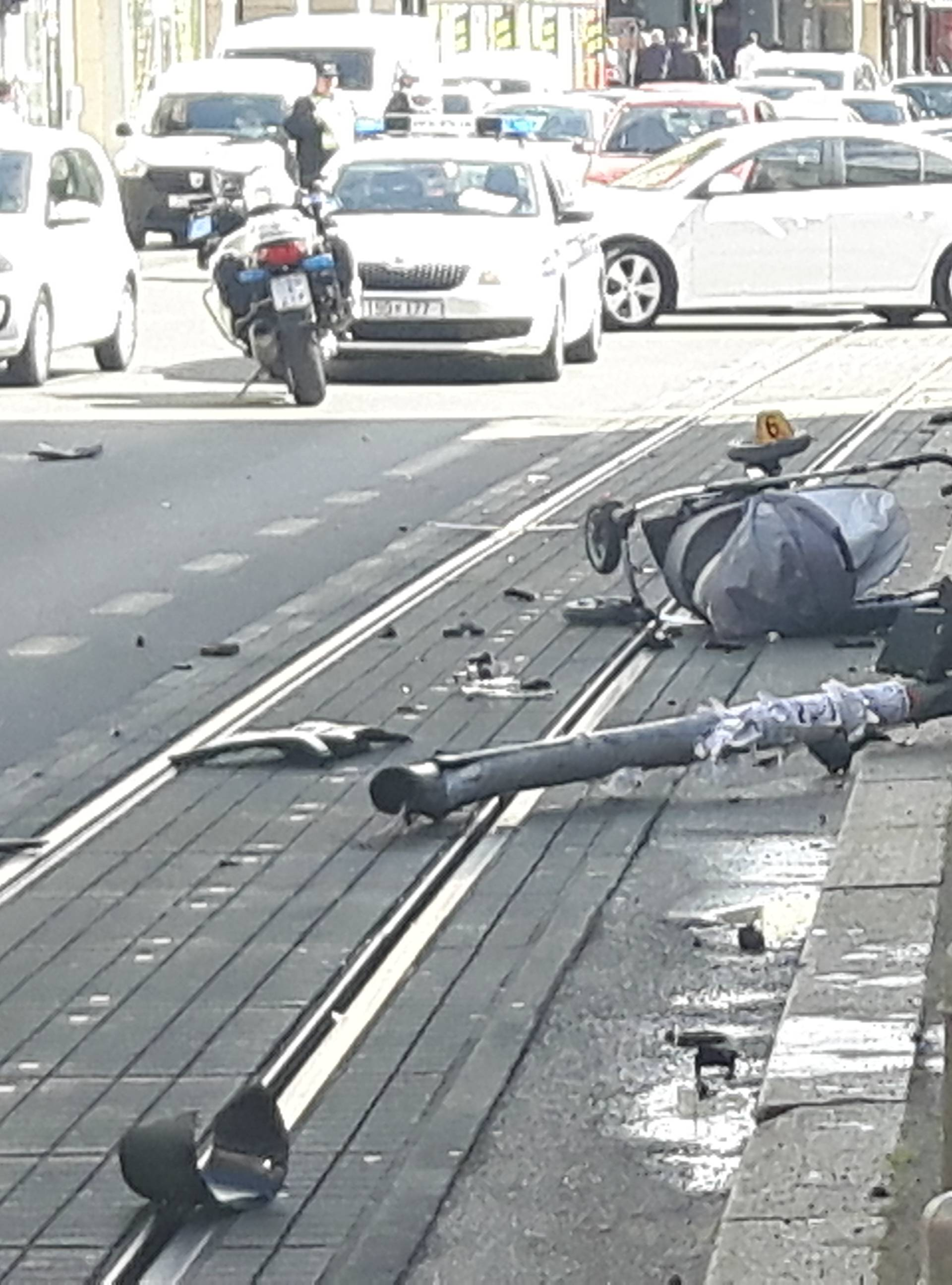Zaletio se  autom u semafor: Dijete je ispalo tati iz kolica...