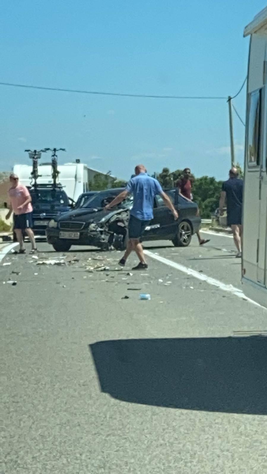 Sudarila se dva vozila nasred ceste na Pagu: 'Bilo je strašno, dijelovi auta su letjeli posvuda'