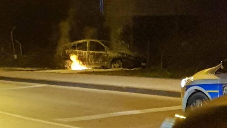 Zapalio se auto u Zadru: 'Čuli smo 'bum' i vidjeli velik požar'