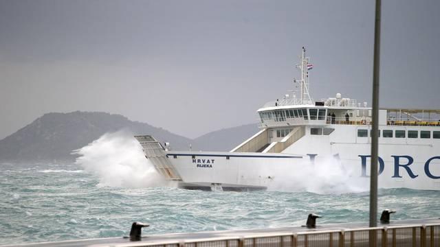 Split: Unatoč prekidima pojedinih linija, trajekt za Brač još uvijek odolijeva vremenskim uvjetima