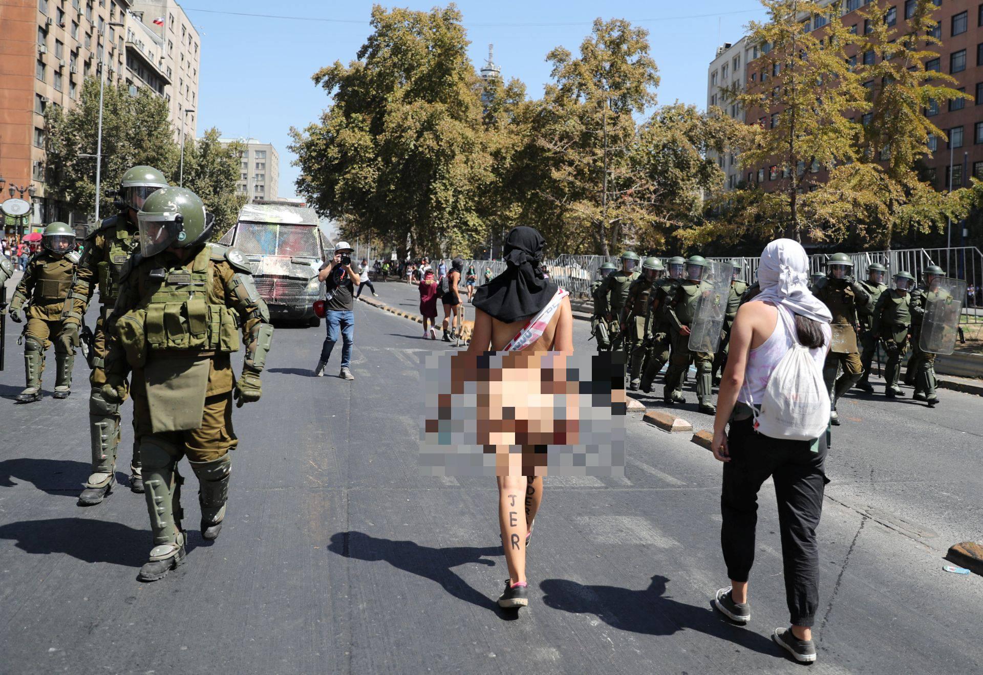 Gola šetala među vojnicima na prosvjedu nakon 'Dana žena'