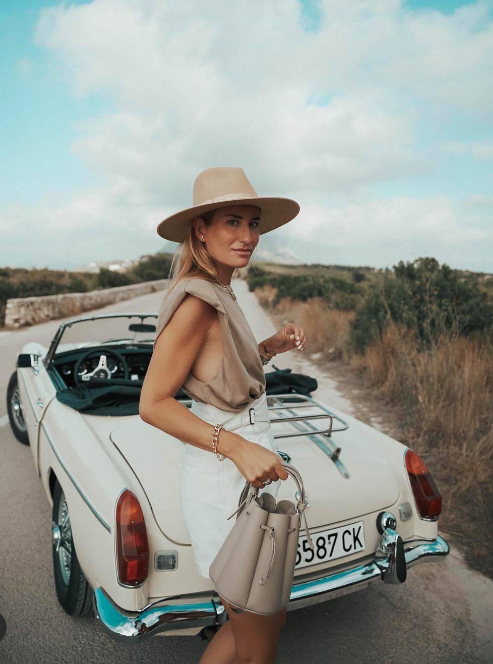 Klasičan šešir u nijansi bijele kave unosi eleganciju u vaš stil