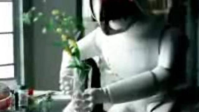Pijani robot završio u krevetu sa usisavačem