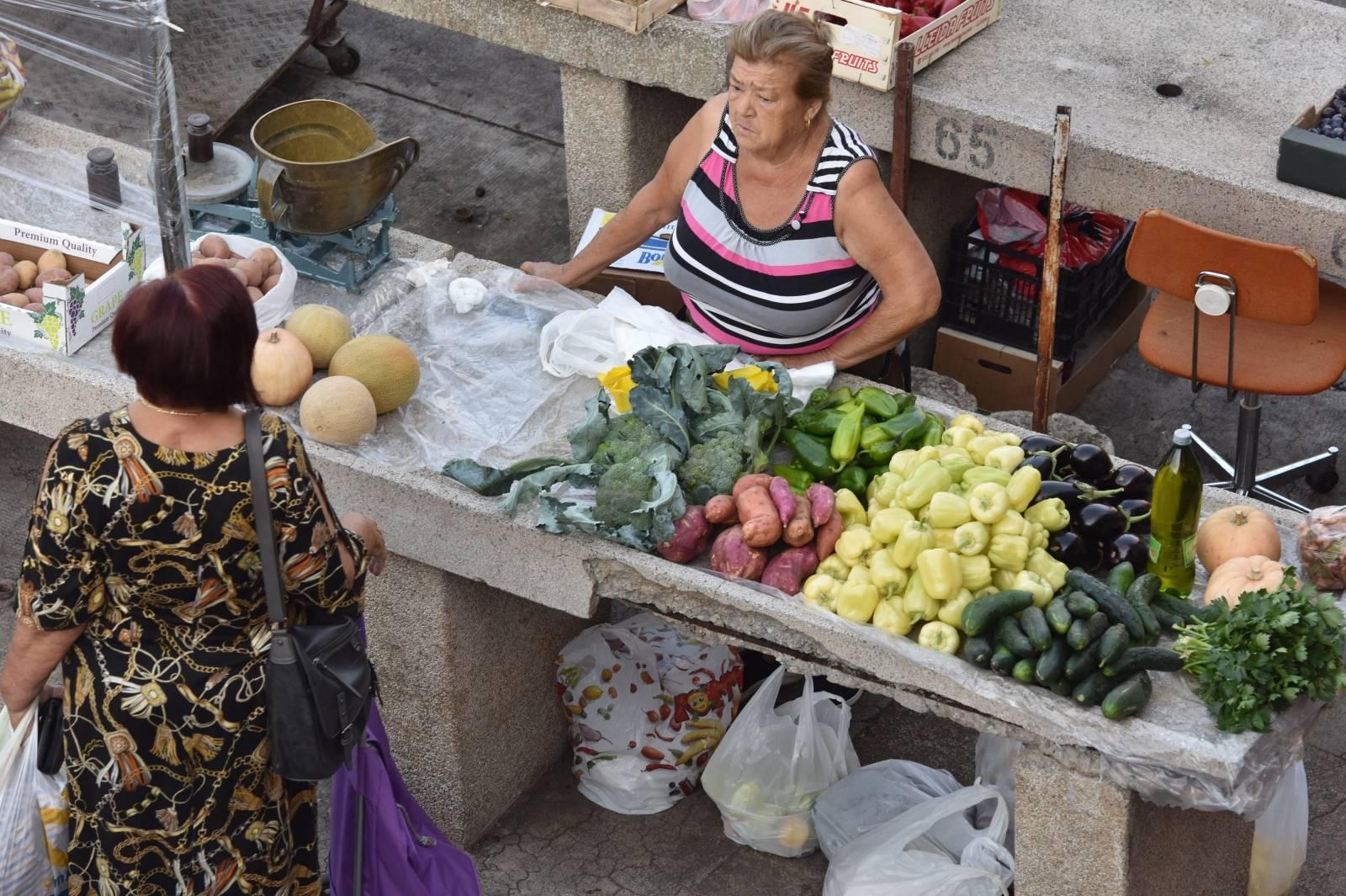 Bogata ponuda svježeg voća i povrća na šibenskoj tržnici
