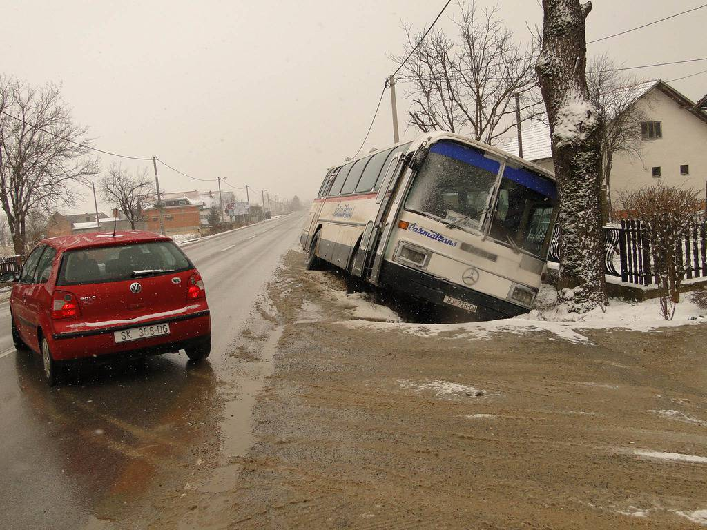 Autobus Cazmatransa Sa Sest Putnika Sletio Sa Ceste U Kanal 24sata