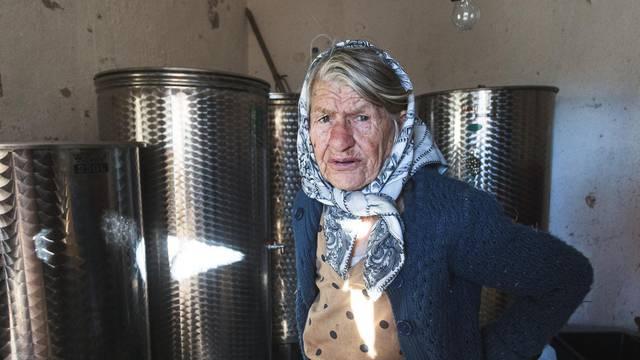 Baka Marija (86) na rubu suza: 'Dok sam čuvala ovce, iz konobe su mi ukrali 400 litara vina'