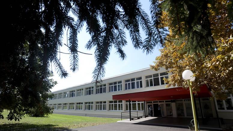 UŽIVO Antimaskeri opet bili kod škole, ravnatelj pozvao policiju. Došao i vjeroučitelj s prijavom