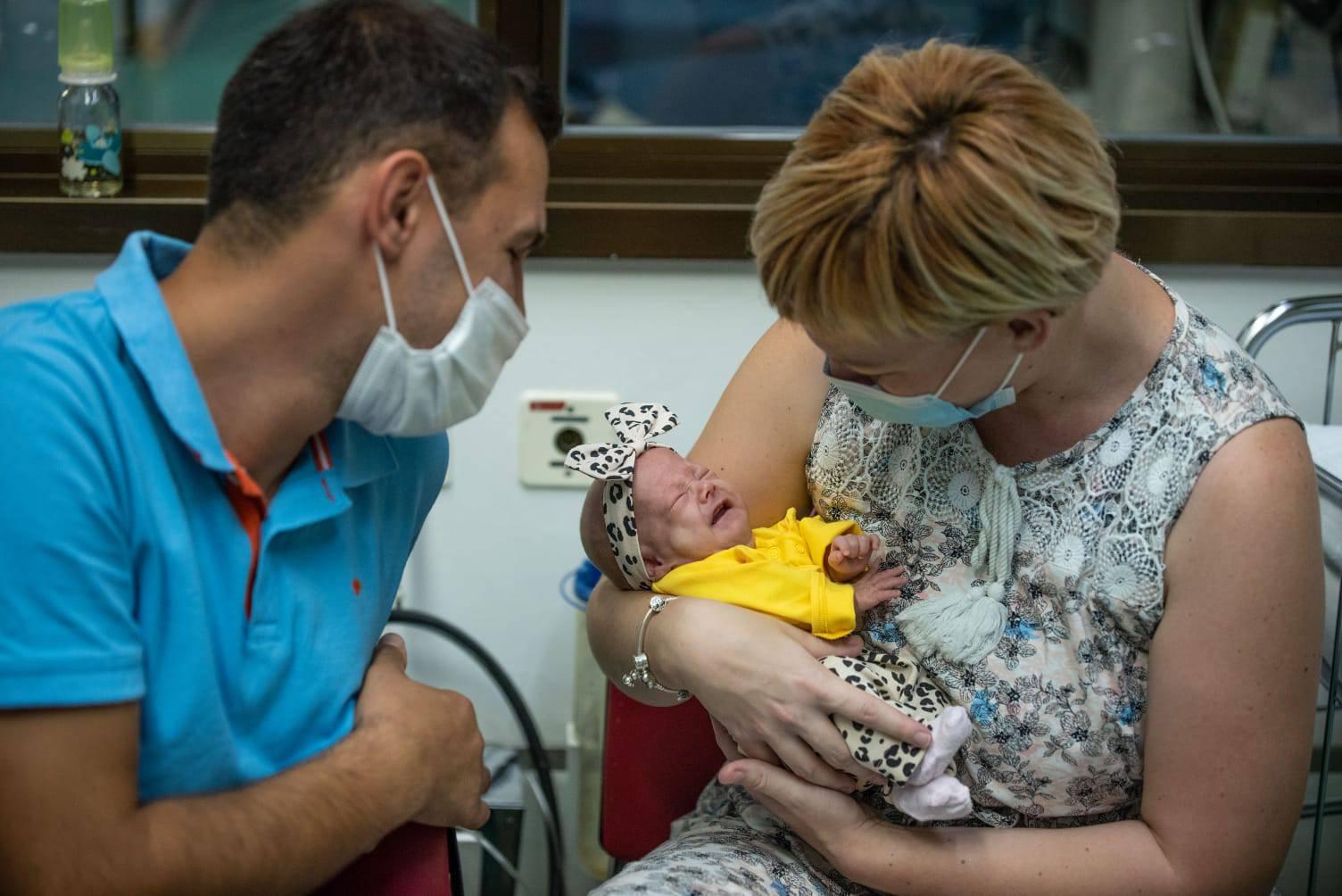 Beba u Osijeku rođena s tek 414 grama:  Prava je mala mrgudica