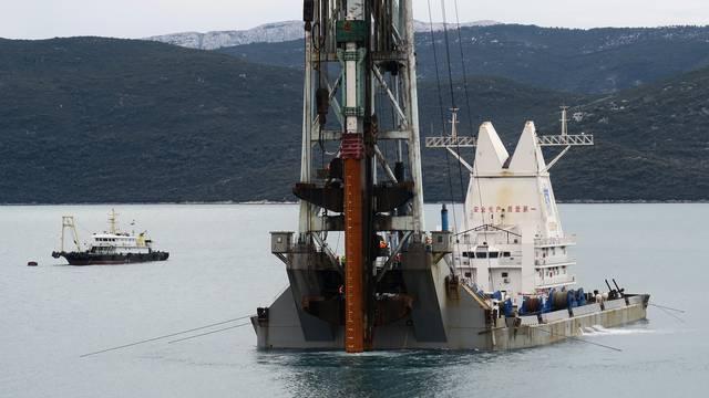 ZapoÄ?elo postavljanje pilota u mora za podizanje PeljeÅ¡kog mosta