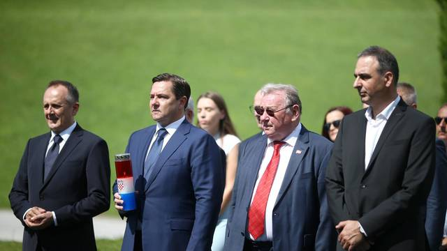 Zagreb: Državni vrh položio vijence na grobnici za neidentificirane zrtve iz Domovinskog rata