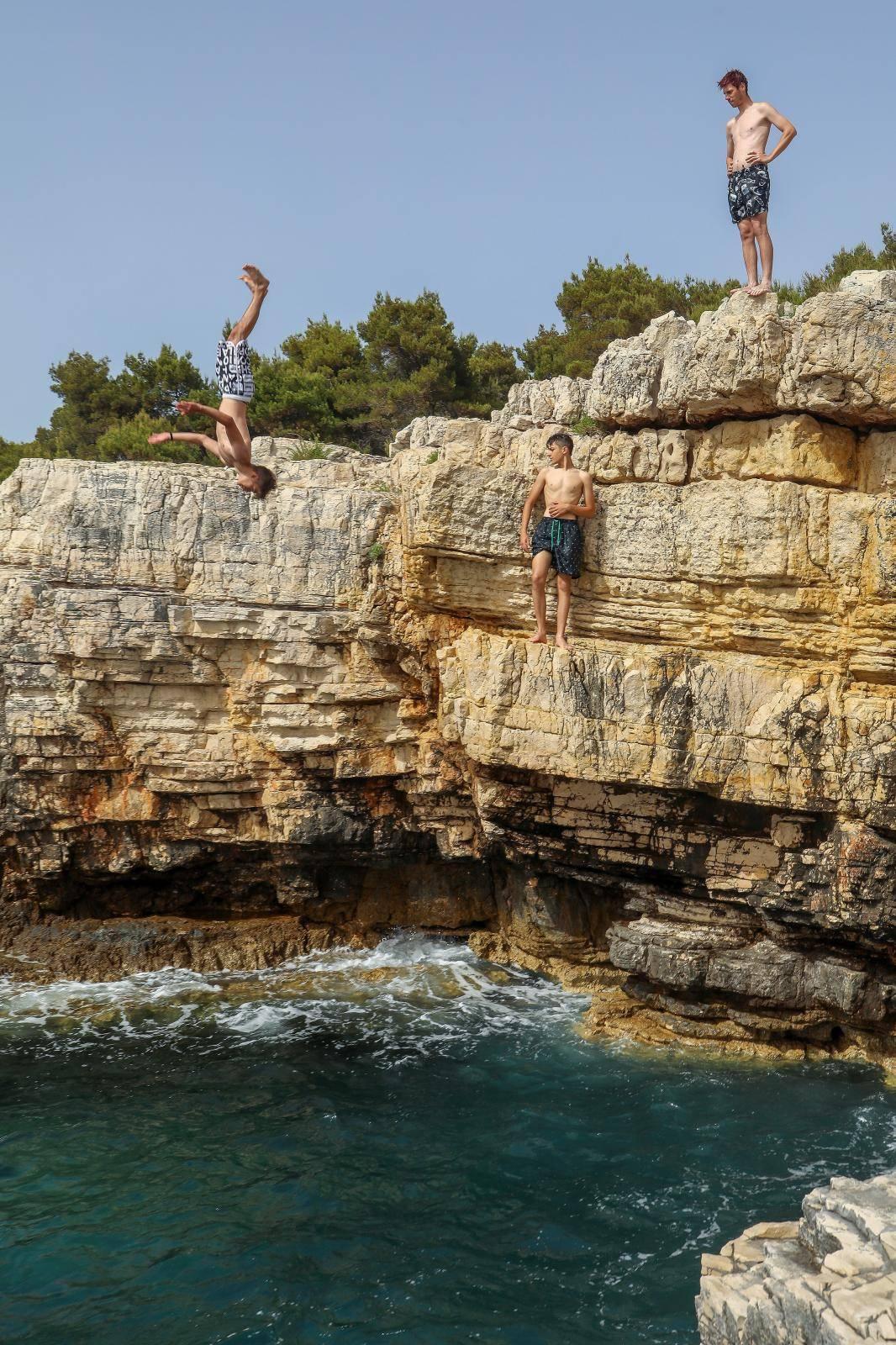 Spas od vrućina mladi puljani pronašli u moru