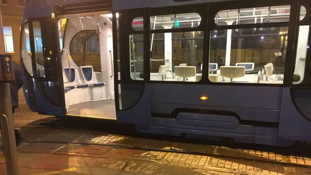 U Zagrebu je tramvaj iskočio iz tračnica: Putnici ostali u šoku