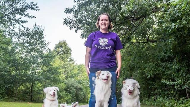 Slijepog i gluhog psa dodirom je naučila hrpu ozbiljnih trikova