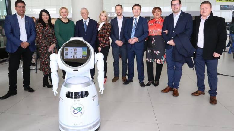 Nova 'djelatnica' u Zračnoj luci u Zagrebu - robotica Viktorija