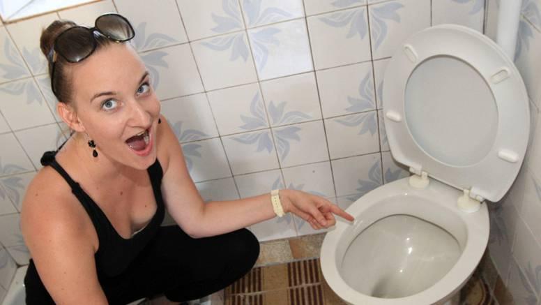 Zmija u WC školjci: Od vrućine je pobjegla u vodu i hladila se