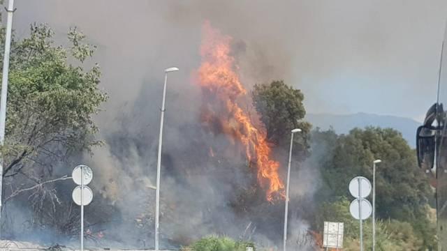 Split: Opet gorjelo na Žnjanu, vatra zahvatila šikaru i barake