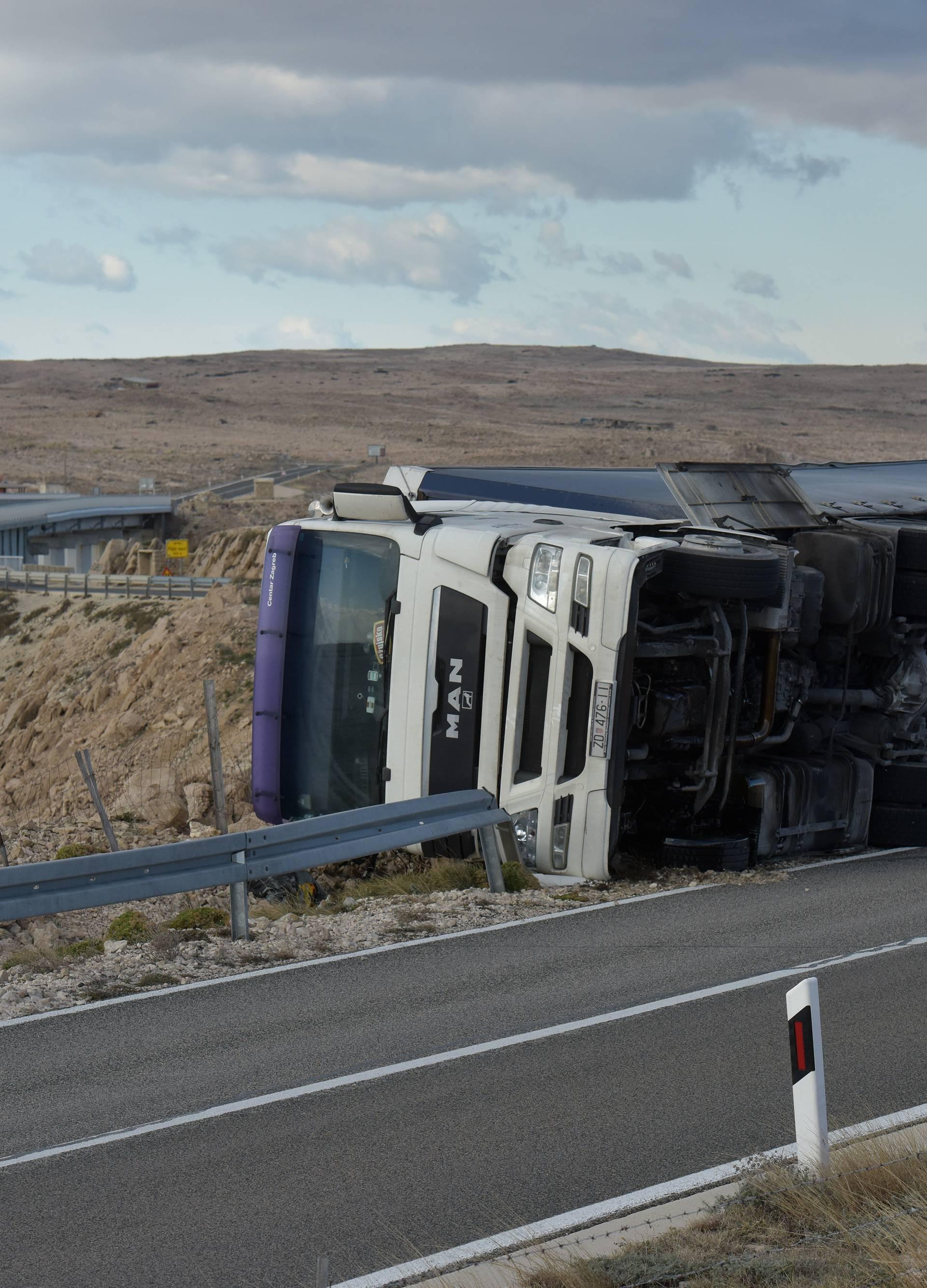 Jaka bura prevrnula kamion kod Paškog mosta