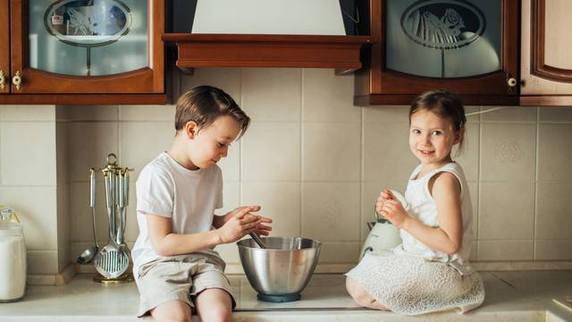Djeca peku kolače